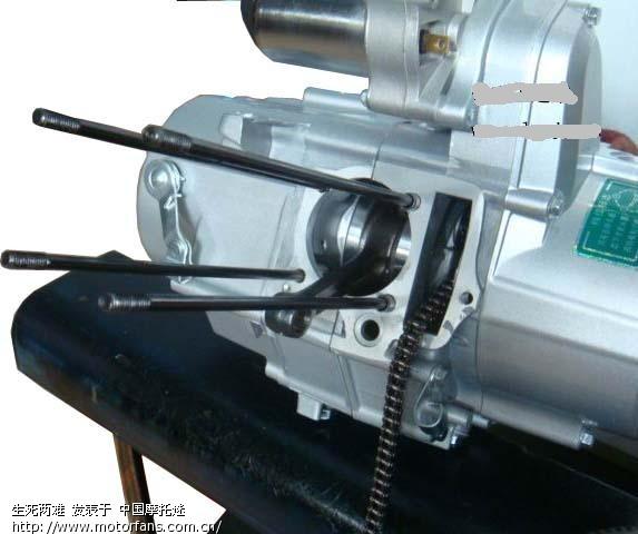jh100发动机定子线圈及正时链的拆卸图解 卸下磁电机壳上的螺丝 把