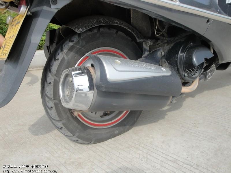 惨剧了 轮胎扎了钉子..及 磨损标志高清图片
