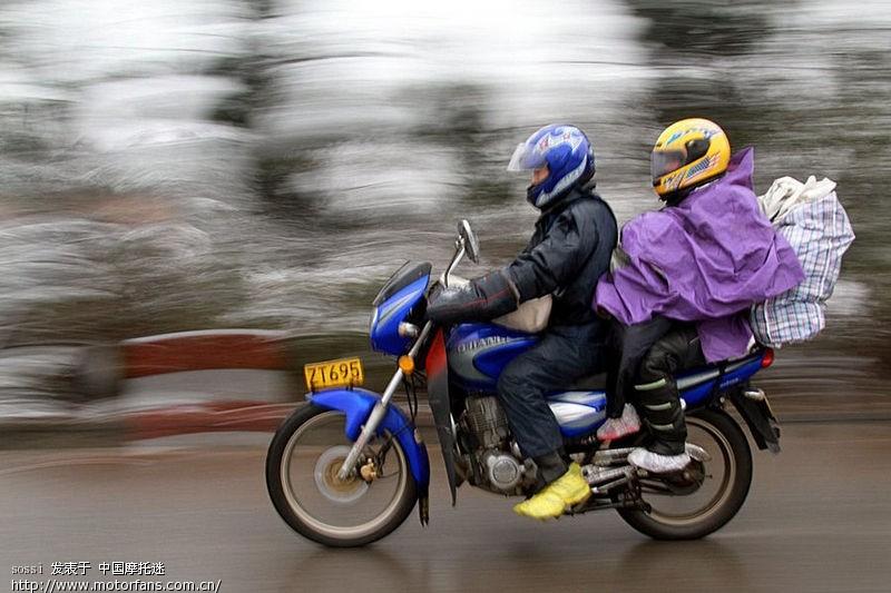 看今年农民工朋友骑车回家过年