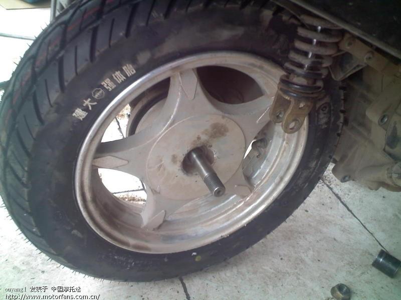 急急急 向高手求救,踏板车后轮轴承取不出,无法换胎 已经暴高清图片