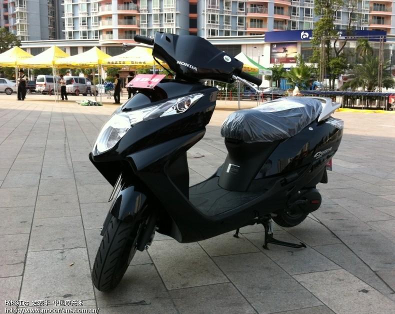 五羊本田125酷影踏板车换机油,给换的是700ml弯梁车专用机油,可高清图片