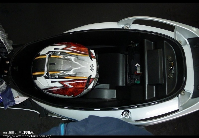 还有马桶大点至少能放个3/4盔的踏板