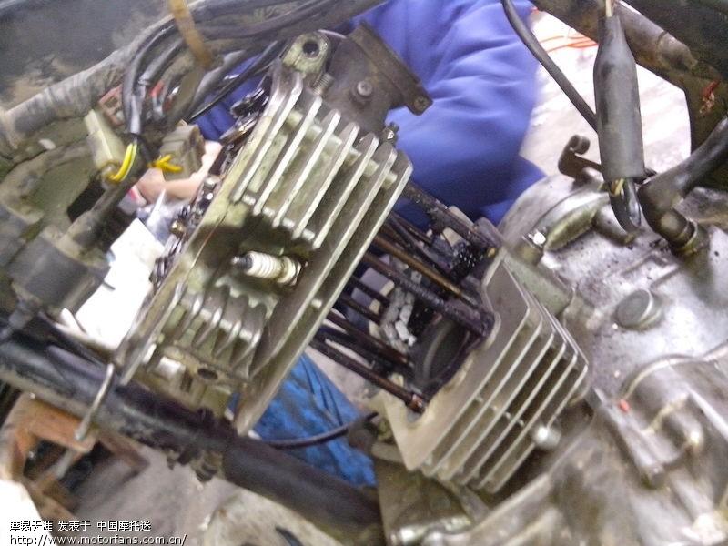 这台发动机内油垢很多会加速磨损,应该勤换机油.图片
