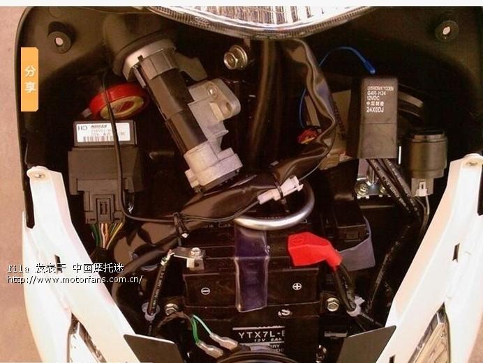 给佳御电瓶拆下来充电,拆开密封栓,电瓶里面的水都干了