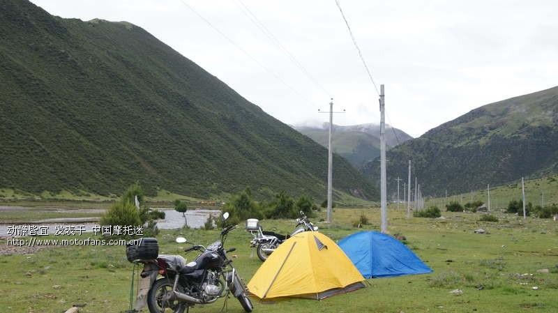 摩旅途中带着帐篷找个风景优美的地方扎营,乐趣无穷.