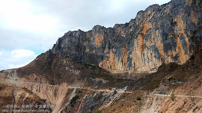 站在观景台仰望金沙江支流,象一条玉带相在岩石 ...
