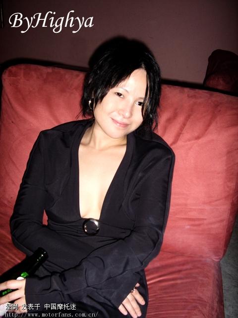 相反,中国摇滚史上第一个女子摇滚乐队——眼镜蛇乐队,则以阴柔气质