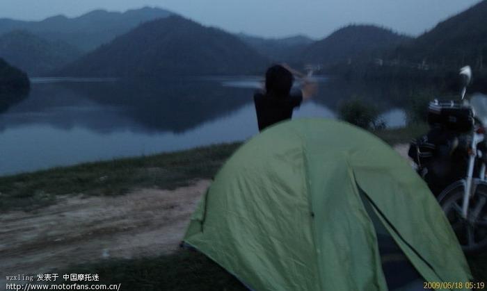 老婆起床了,野外帐篷