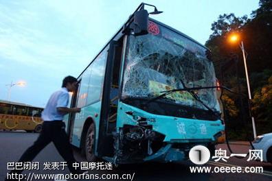惠州一公交车连撞28辆汽车 4人当场死亡11人受伤高清图片