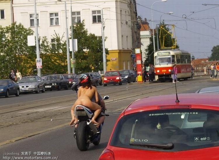 女人光屁股开摩托车